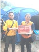 Serah terima bantuan korban longsor Cililin oleh kang Sulthonul Aulia (Ketua BEM KEMA FEB Unpad) dan perwakilan dari Badan Penanggulangan Bencana Dearah (BPBD)
