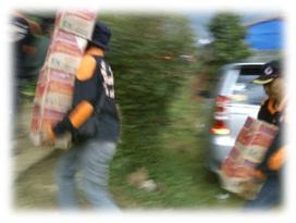 FOTO: Proses bengangkatan bantuan dari mobil menuju gudang logistik bagi korban Longsor Cililin.