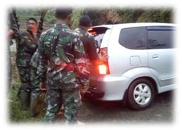FOTO: Proses evakuasi Mobil kami yang tengah terpersok ke lubang di bantu oleh personil TNI